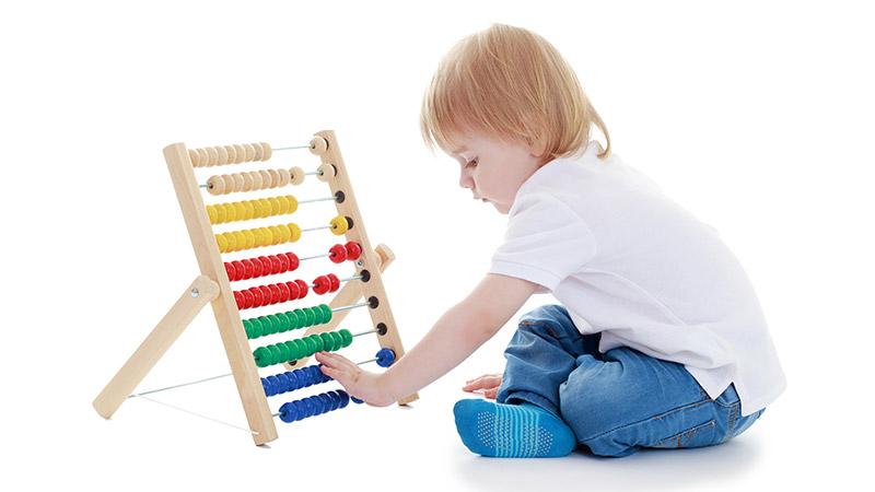 garcon joue seul la caravelle montessori school paris. Black Bedroom Furniture Sets. Home Design Ideas